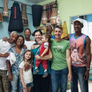 con la familia afrocubana, Los Chinitos